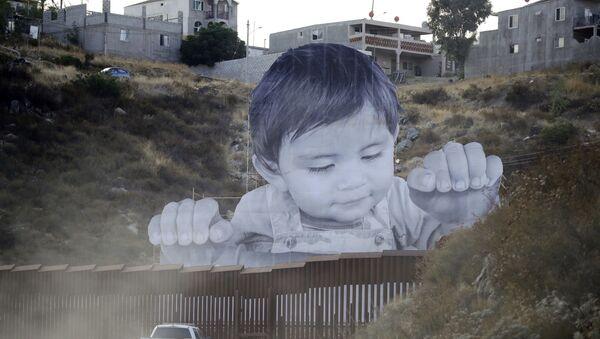 Un garçon géant est apparu sur le mur entre les États-Unis et le Mexique - Sputnik France