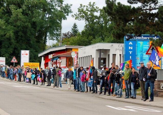 Une chaîne vivante de plus de 5.000 personnes près de la base aérienne US à Ramstein