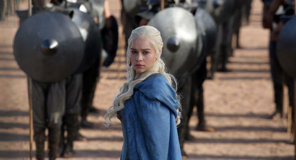 Emilia Clarke incarnant Daenerys Targaryen dans Game of Thrones