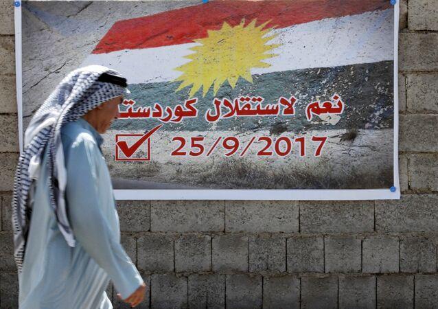 Affiche, où il est écrit en arabe «Oui à l'indépendance du Kurdistan», accrochée à un mur à Kirkouk, en Irak