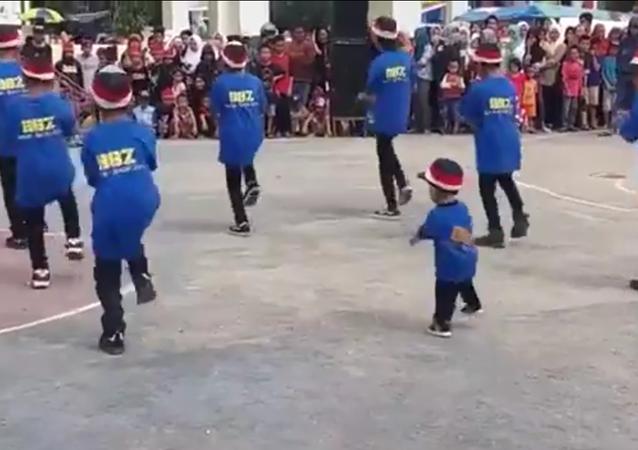 La danse fantastique d'un petit Vietnamien