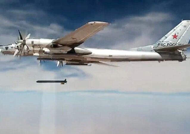 Un bombardier stratégique russe Tu-95MS frappe des sites des terroristes dans les provinces syriennes d'Idlib et de Deir ez-Zor