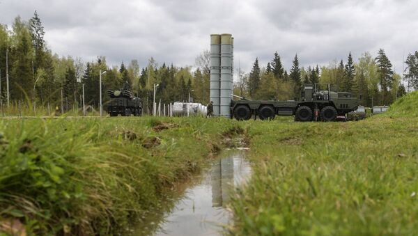 An S-400 Triumf anti-aircraft weapon system and a Pantsir-S surface-to-air missile and anti-aircraft artillery weapon system during the combat duty drills of the surface to air-misile regiment in the Moscow Region - Sputnik France