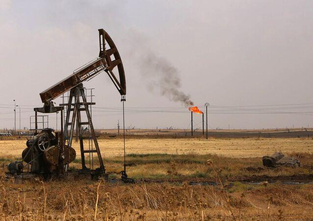 Des pompes de puits de pétrole dans le champ pétrolier de Rmeilane, dans la province de Hasakeh, au nord-est de la Syrie.