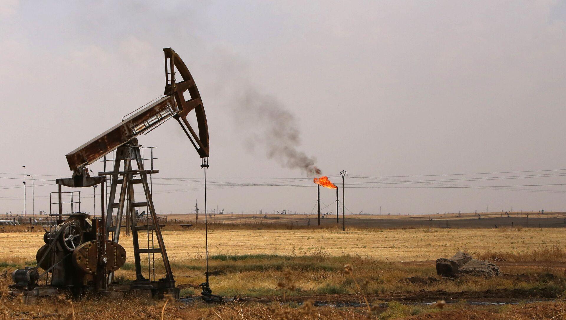 Des pompes de puits de pétrole dans le champ pétrolier de Rmeilane, dans la province de Hasakeh, au nord-est de la Syrie. - Sputnik France, 1920, 22.03.2021