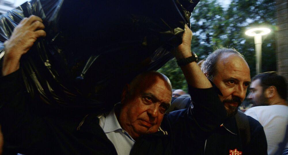 Uh homme porte un sac rempli de bulletins, Catalogne, 1 octobre