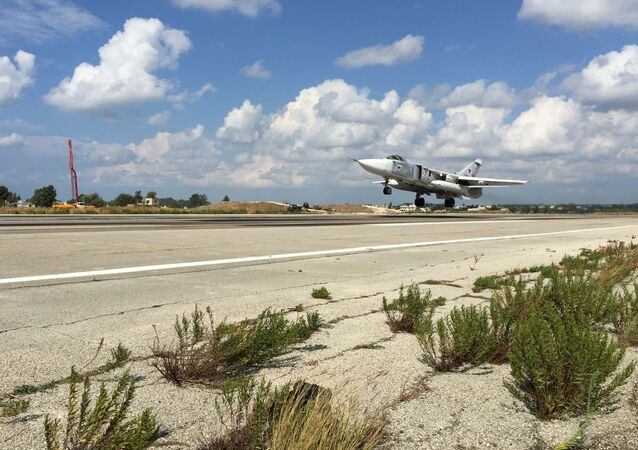 Un Su-24 russe sur la base aérienne de Hmeimim, dans la province syrienne de Lattaquié