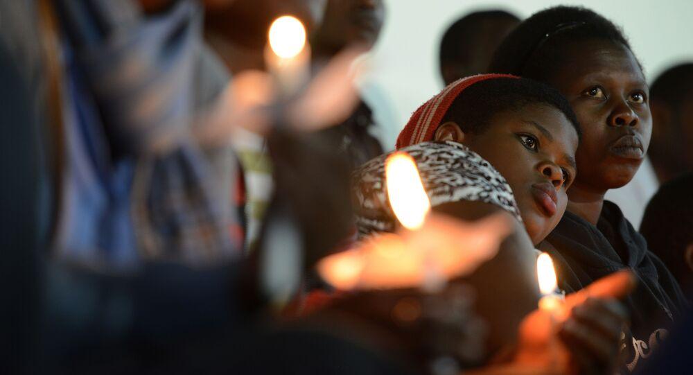 Les femmes rwandaises tiennent des bougies pendant une prière pour les victimes du génocide