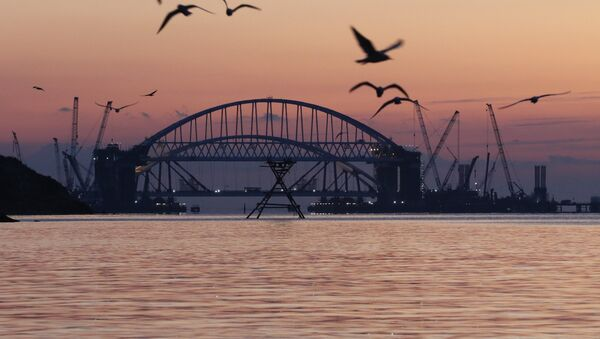 Установка автодорожной арки Крымского моста - Sputnik France