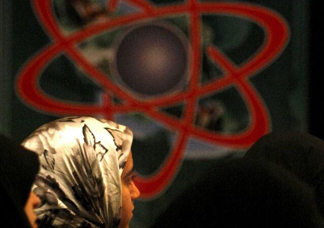Symbole de l'atom (graffiti), Téhéran, Iran. Archive photo