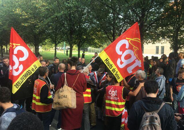 Les CRS ont «brutalement évacué» les manifestants attendant Macron à Gennevilliers