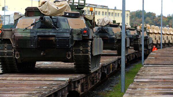 M1A2 Abrams Main Battle Tanks are lined up on rail cars - Sputnik France