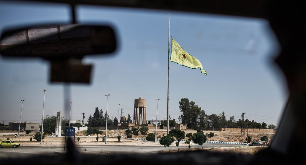 Drapeau des YPG à Raqqa. Archive photo