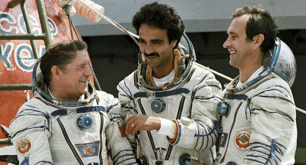 Abdul Ahad Mohmand, premier et unique cosmonaute d'Afghanistan (au centre)