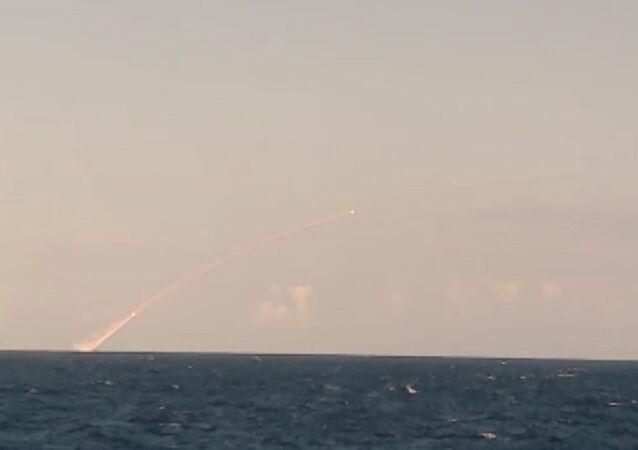 Un sous-marin russe tire des missiles Kalibr sur des sites de Daech en Syrie