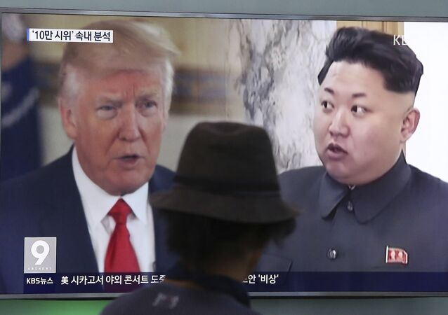 Une télé affichant les photos de Kim Jong-un et de Donald Trump
