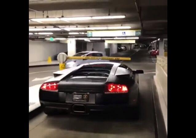 Pas besoin de payer le parking quand on a une Lamborghini!