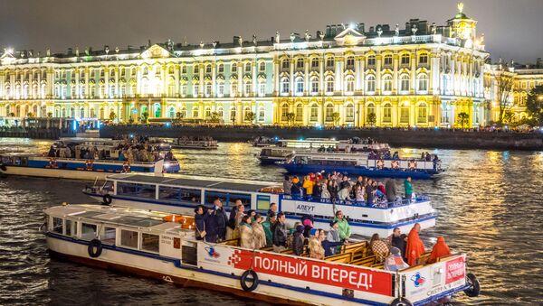 Des bateaux-mouches sur la Neva à Saint-Pétersbourg - Sputnik France