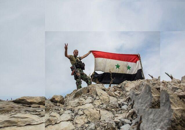 Militaire syrien avec le drapeau national