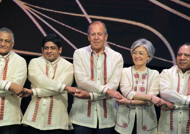 Les dirigeants en habits traditionnels lors des sommets de l'ASEAN