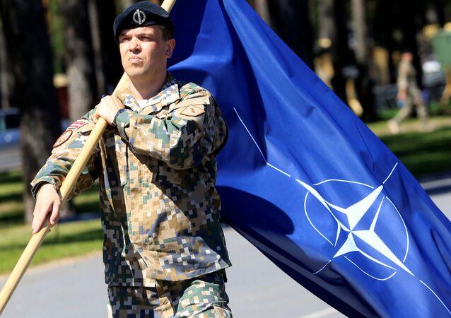 Un soldat letton lors de la cérémonie d'accueil des militaires canadiens de l'Otan à Adazi