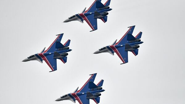 Su-30SM multipurpose fighter jets of the Russian Knights aerobatic display team during a rehearsal of the Victory Day parade air show - Sputnik France