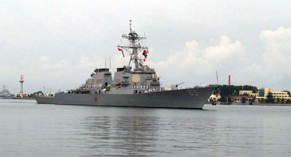 Le destroyer USS Benfold entre dans le port de  Qingdao en 2016
