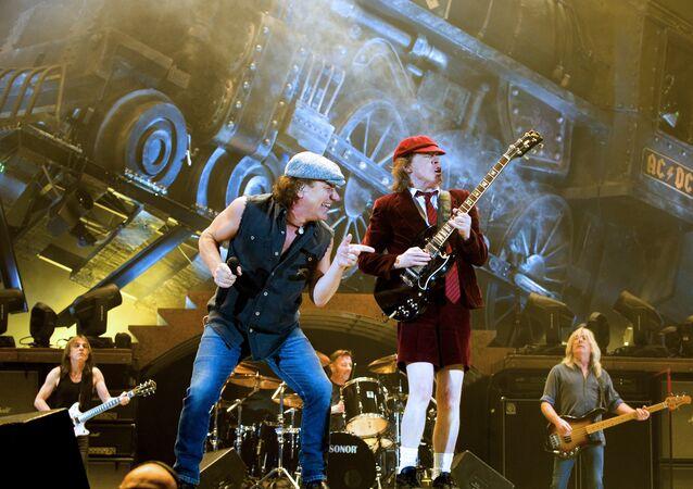 Des mélomanes du monde entier rendent hommage au guitariste d'AC/DC Malcolm Young