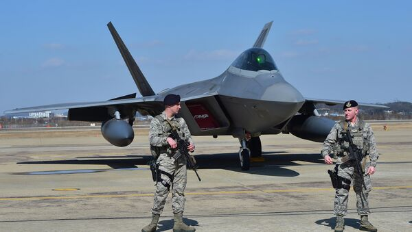 US soldiers stand guard near a US F-22 stealth fighter at the Osan Air Base in Pyeongtaek, south of Seoul, on February 17, 2016. - Sputnik France