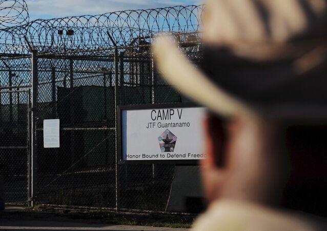 L'extérieur du centre de détention Camp Five est visible à la station navale américaine de Guantanamo Bay le 10 décembre 2008 sur cette image de pool revue par l'armée américaine.