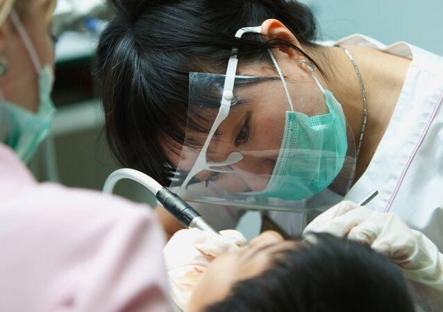 Des scientifiques expliquent pour quelle population les dentiers sont nocifs