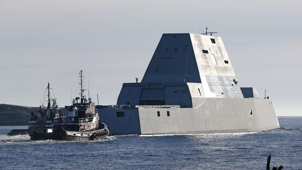 The first Zumwalt-class destroyer, the USS Zumwalt, the largest ever built for the US Navy, leaves the Kennebec River on Monday, December 7, 2015, in Phippsburg, Maine. - Sputnik France
