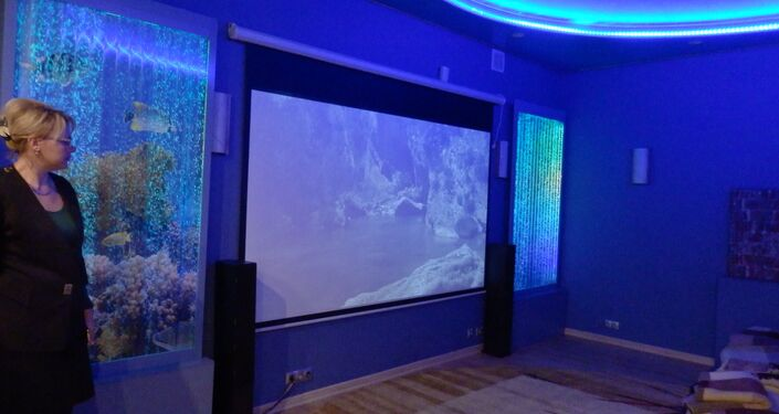 Procédure de médecine psychosomatique: des images changent en vidéo, le ciel étoilé est projeté sur le plafond.