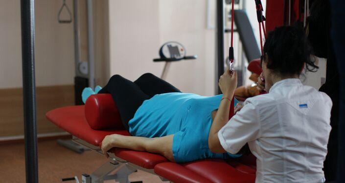 Un patient s'assoit sur une plateforme horizontale en fonction de la partie de la colonne vertébrale qu'on essaye d'étirer. Des corsets spéciaux et des charges sont placés sur le cou ou sur la ceinture. Après la procédure, le patient doit rester couché pour un bon moment pour détendre la colonne vertébrale.