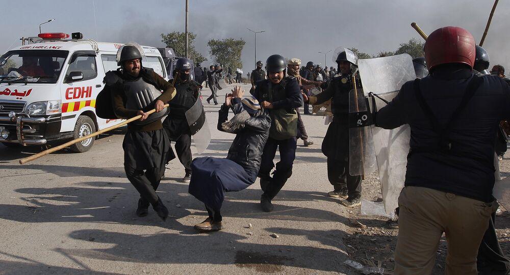 Un manifestant battu par des policiers à Islamabad