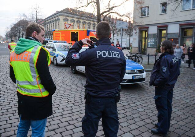 Les policiers évacuent les rues près d'un marché de Noël à Potsdam, le 1er décembre 2017.