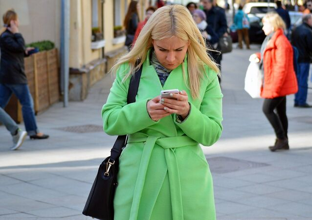 Young woman using a smartphone, image d'illustration