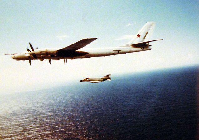 """Un bombardier stratégique soviétique Tu-95 et un chasseur américain F-4 """"Phantom II"""