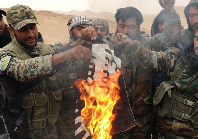 Falcons du désert brûler le drapeau de l`EI (organisation terroriste interdite en Russie)