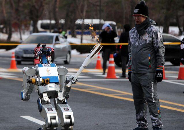 Le robot Hubo participe au relais de la flamme olympique en Corée du Sud