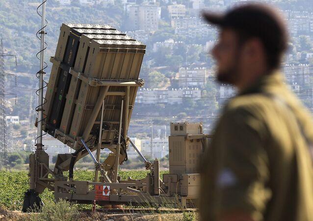 Un soldat israélien devant une batterie du système Dôme de fer. Photo d'illustration