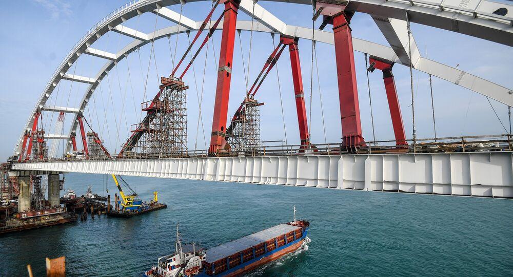 Le pont de Crimée en chantier dans le détroit de Kertch