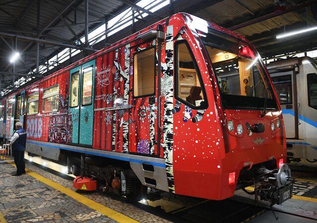 «Voyage au pays de Noël»: le métro moscovite se dote d'un nouveau train thématique