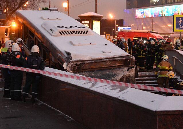 Evacuation du bus qui a foncé dans un souterrain pour piétons à Moscou