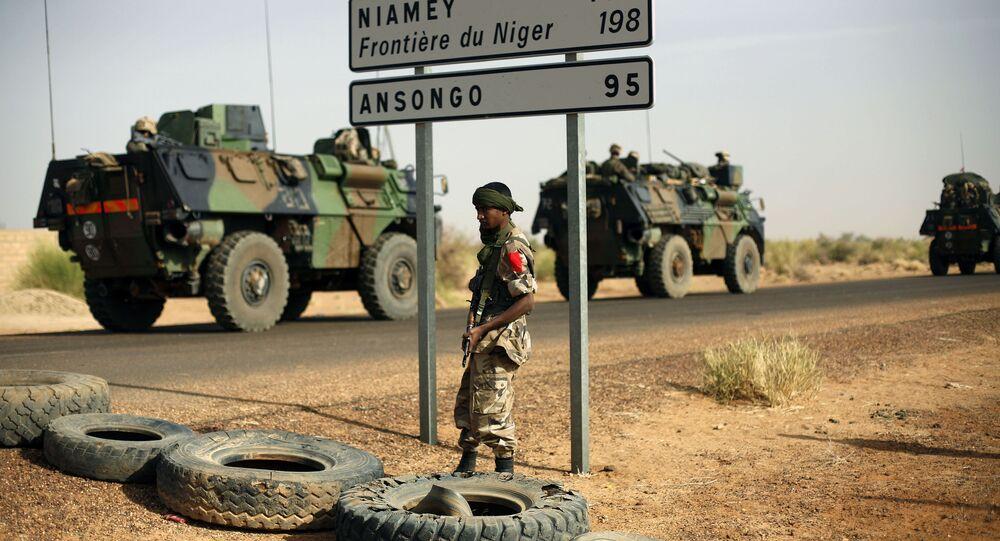 Véhicules militaires à la frontière du Niger