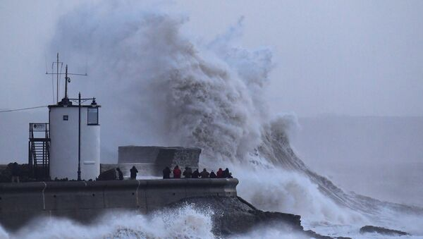 Menschen beobachten den wütenden Sturm Eleanor in Großbritanien - Sputnik France