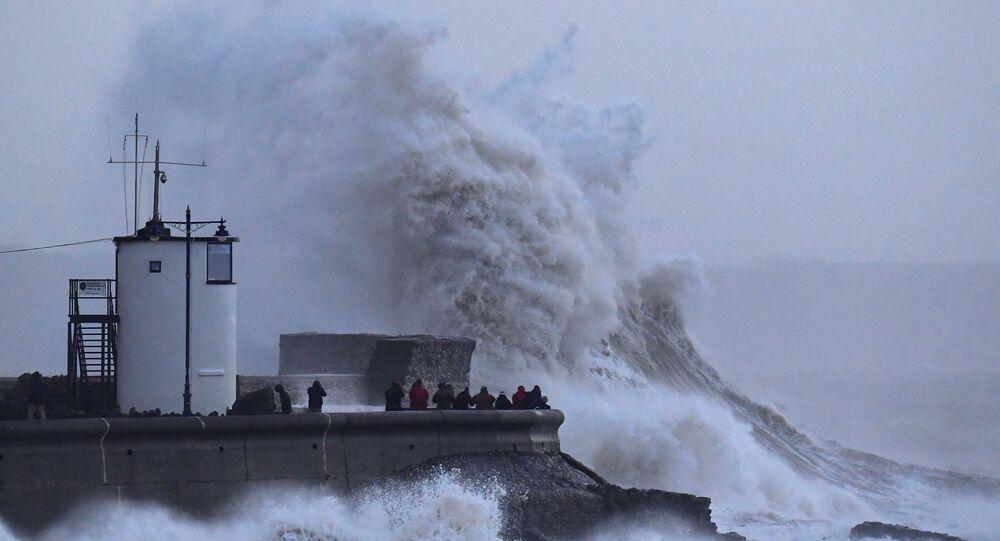 Menschen beobachten den wütenden Sturm Eleanor in Großbritanien