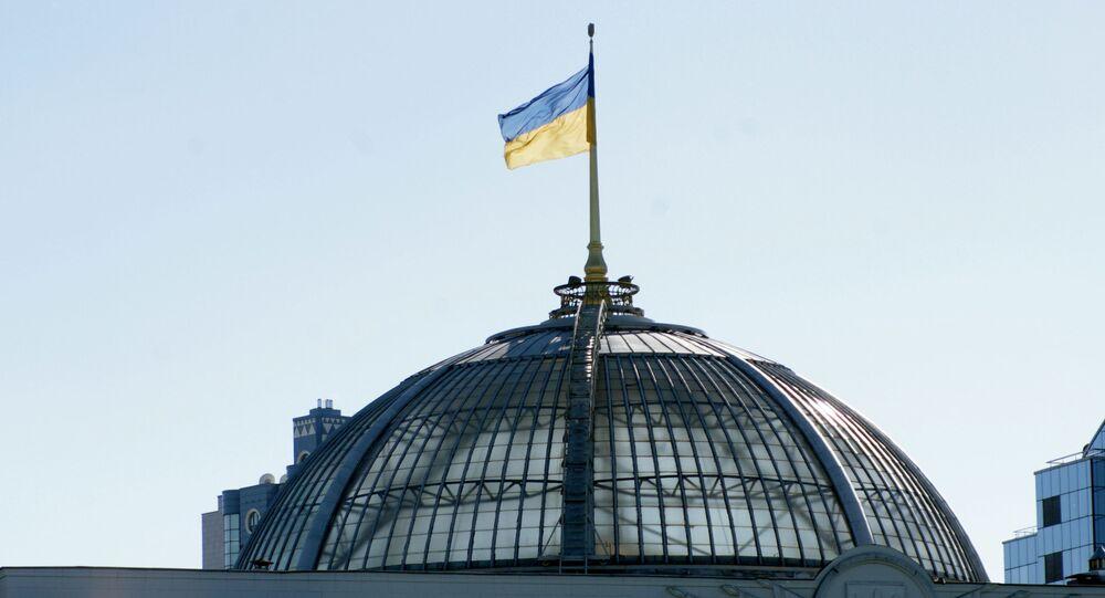 Le drapeau ukrainien sur le bâtiment du parlement à Kiev