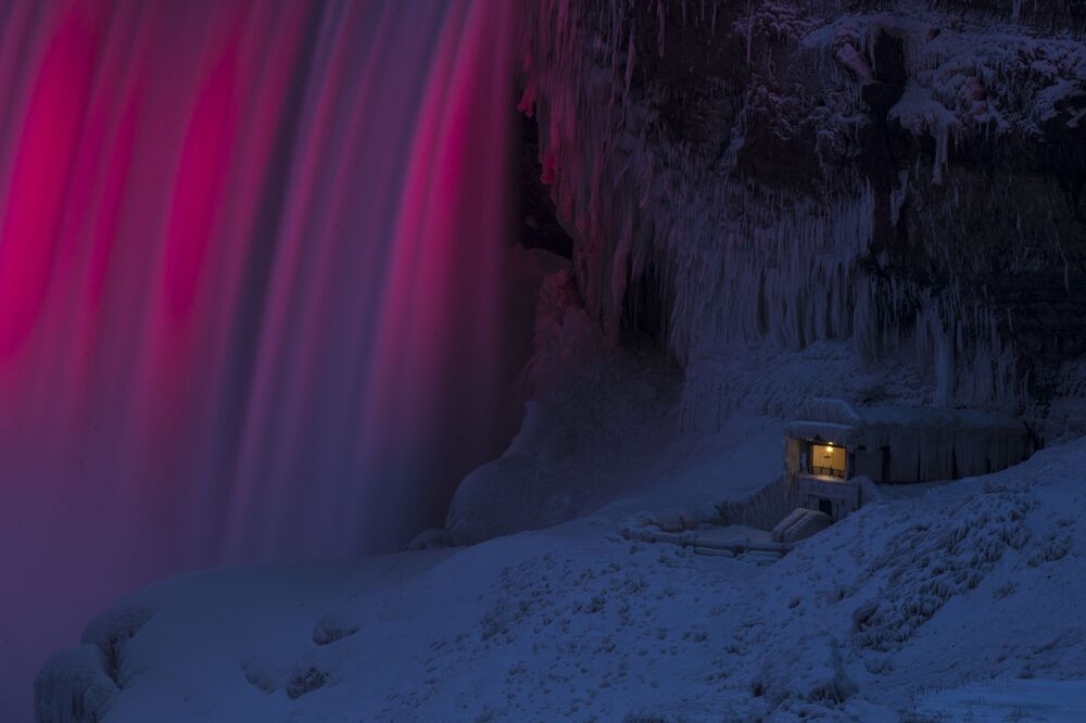 Les plus belles photos de la semaine: lancer de sapins, Niagara gelée et Baïkal ambré