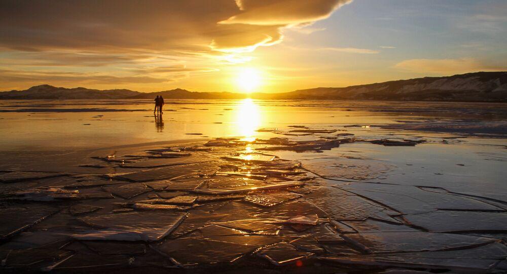 Люди на льду озера Байкал